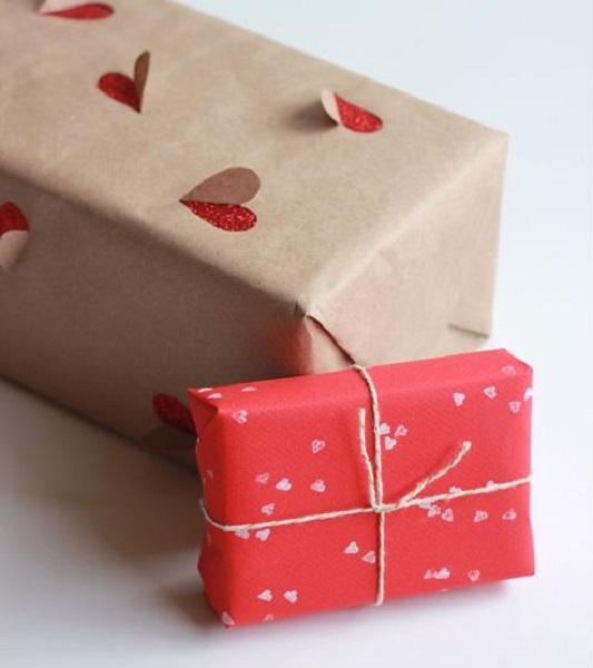 Упаковка подарка при помощи двухслойной обертки с 3D-элементами