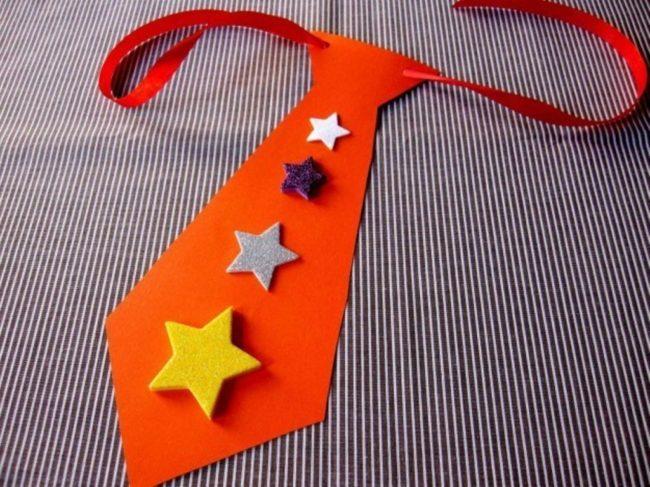 В качестве символа мужского праздника ребенок может изготовить несложную аппликацию в виде галстука