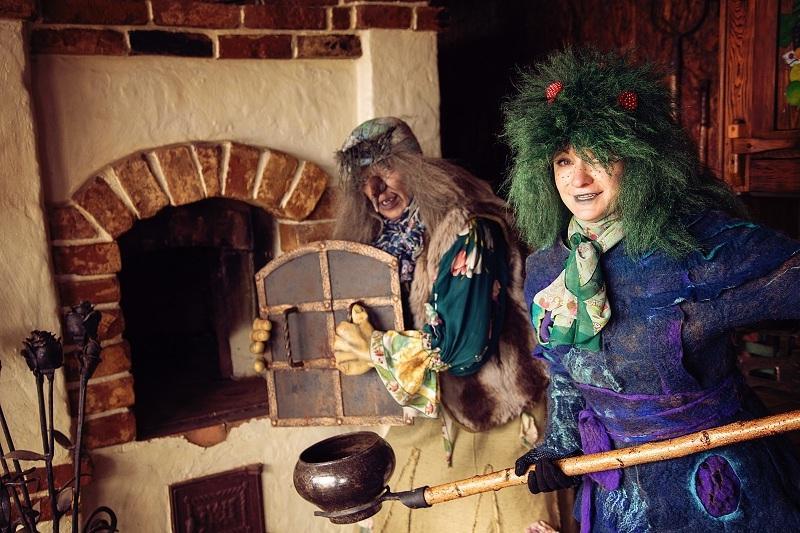 На Масленицу проводятся театрализованные представления с участием сказочных персонажей и скоморохов