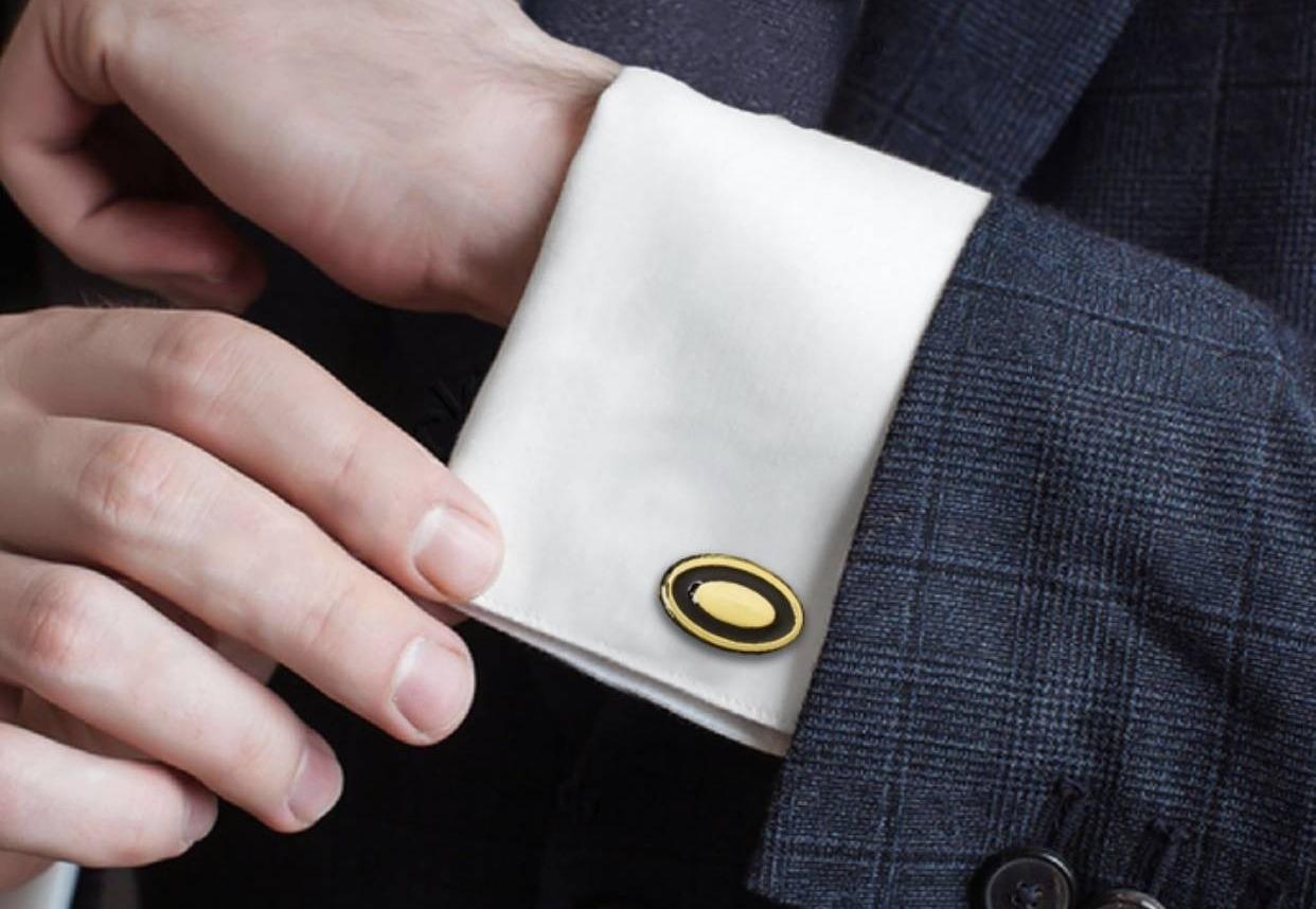Сотрудникам-мужчинам можно подарить запонки с логотипом компании