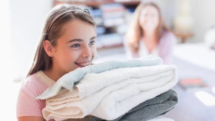 Девочка с махровыми полотенцами