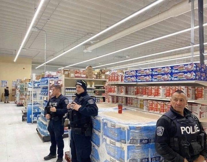 Полицейские охраняют туалетную бумагу