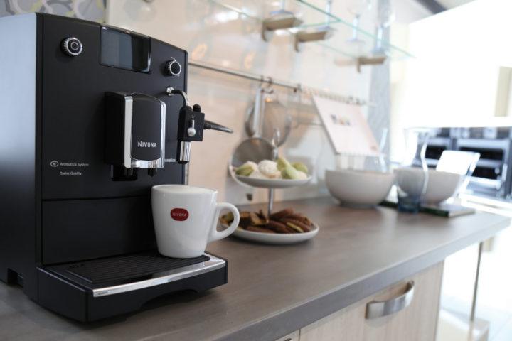 Кофемашина и чашка кофе на кухне