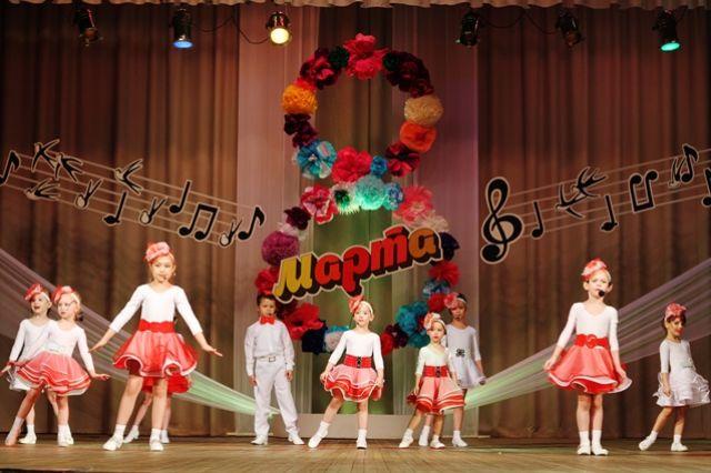 Выступление детей на сцене