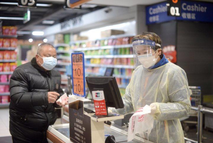 Продавец и покупатель в масках