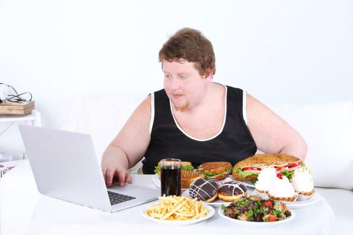 Толстяк возле компьютера