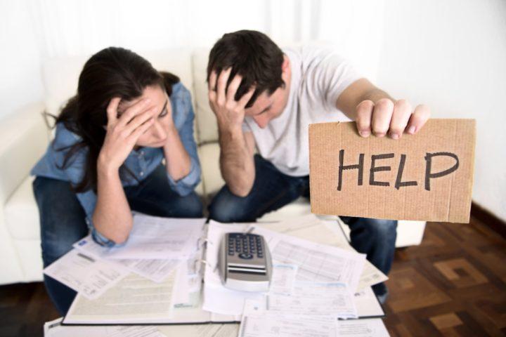 """Люди с документами и табличкой """"help"""""""
