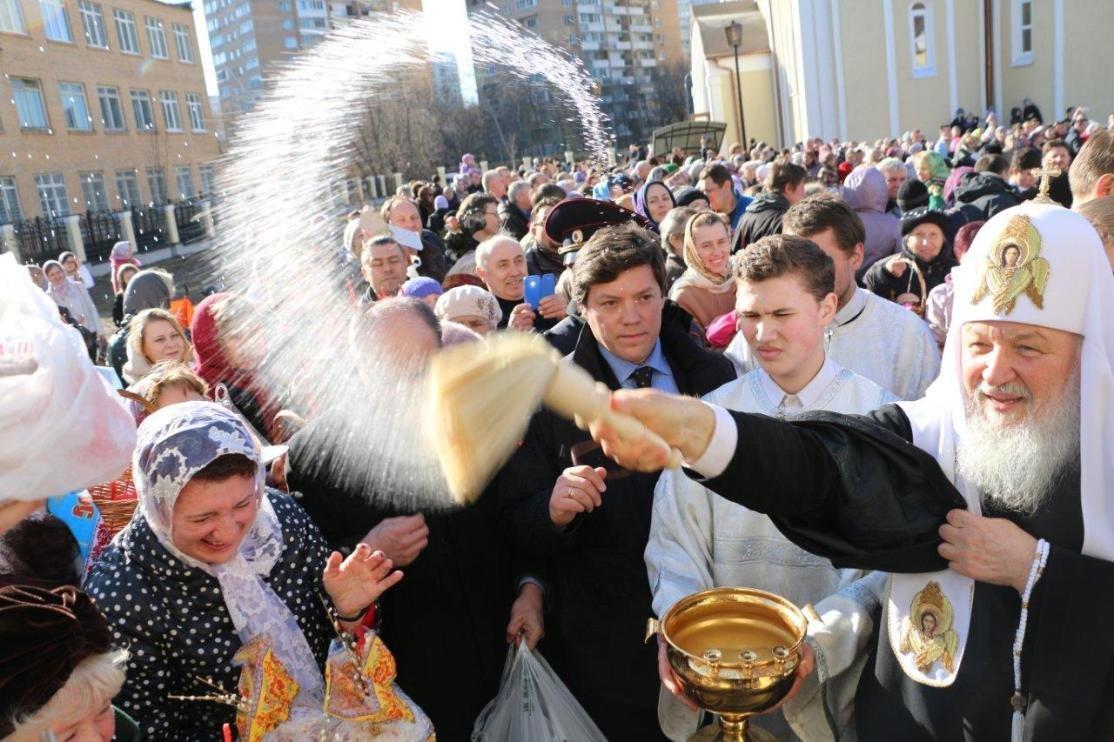 Патриарх Кирилл освящает куличи