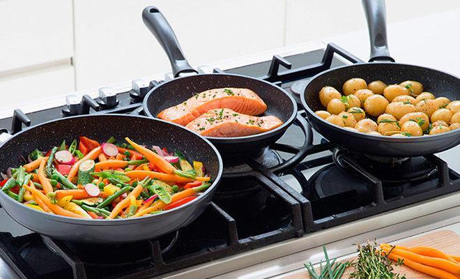 Три сковороды на плите