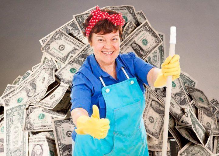 Уборщица на фоне горы долларов