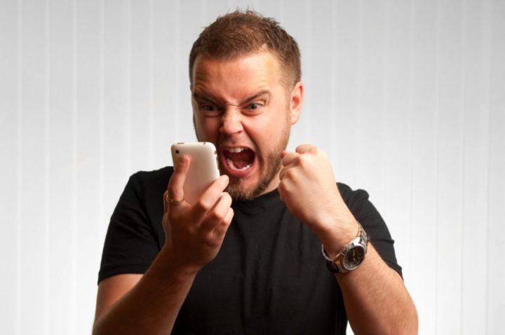 Рассерженный мужчина с телефоном