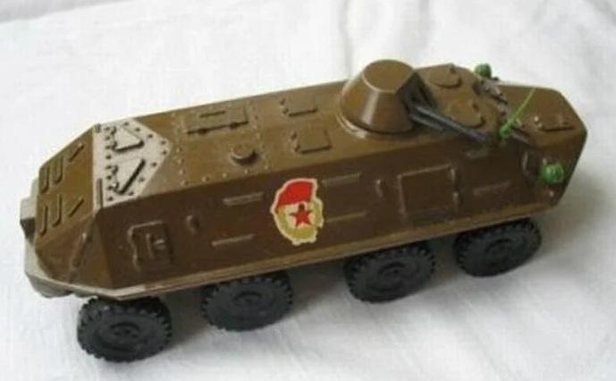 Игрушечный железный бронетранспортер