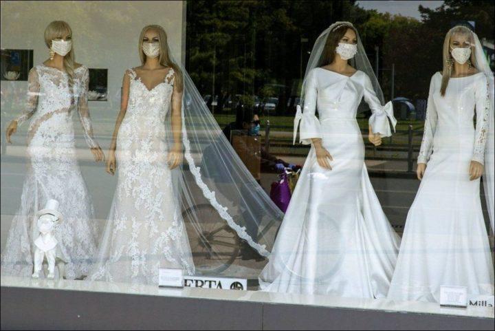 Манекены в свадебных нарядах и масках