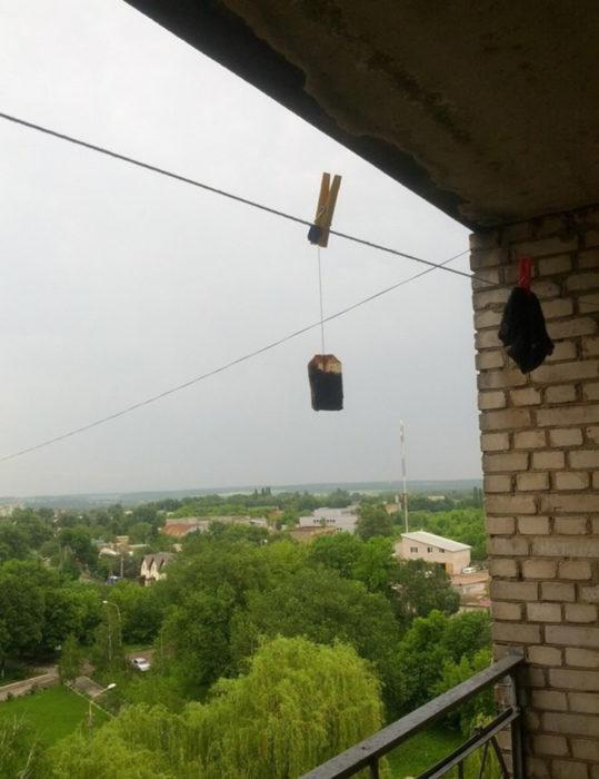 Пакетик чая сохнет на балконе