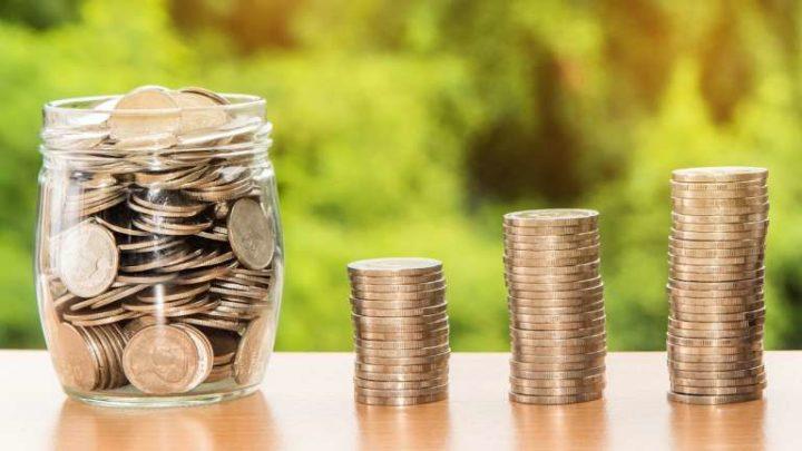 Стопки монет и монеты в банке