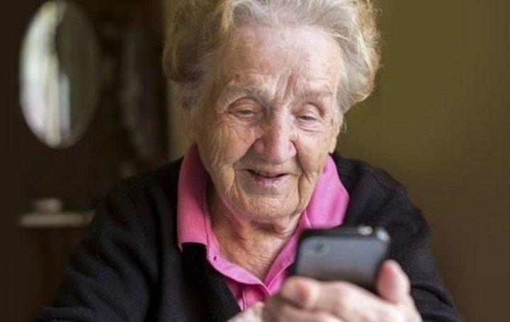 Пожилая женщина с телефоном