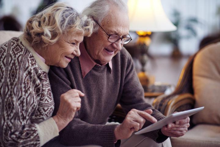 Чета пенсионеров с планшетом