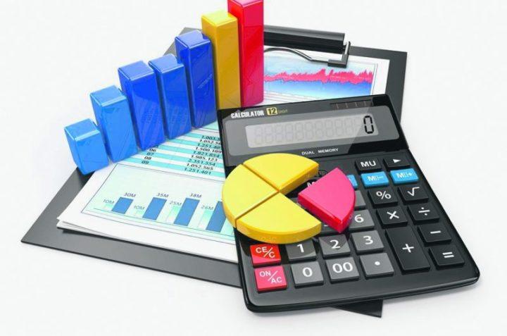 Калькулятор и папка с бумагами