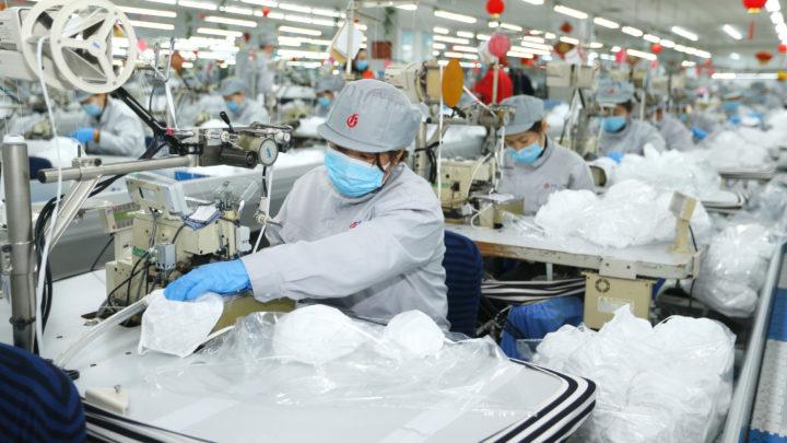 Изготовление масок на китайской фабрике
