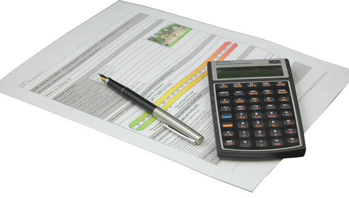 Документ, ручка и калькулятор