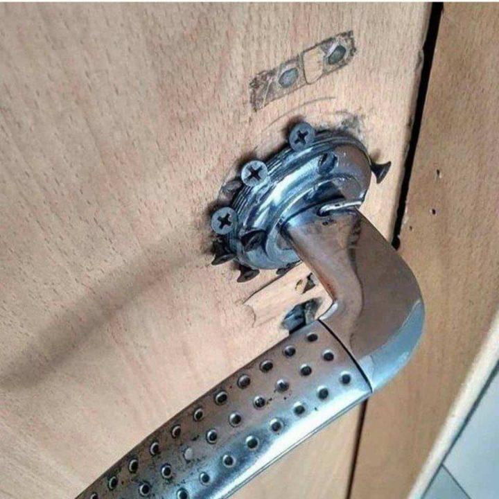Дверная ручка, прикрепленная гвоздями
