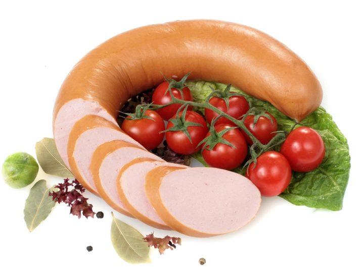 Вареная колбаса и помидоры на ветке
