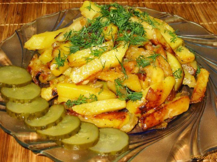 Жареный картофель с укропом, кружочки соленого огурца