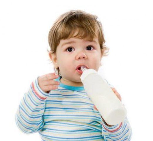 ребенок с бутылочкой