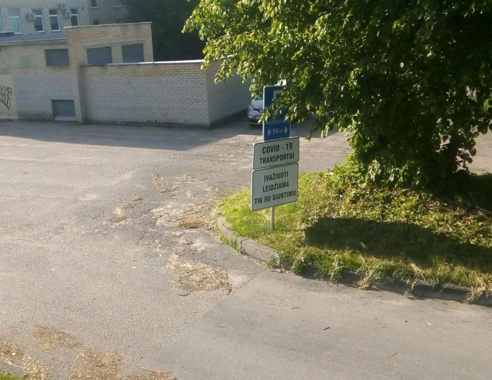 Предупреждающая табличка о COVID19 в Вильнюсе