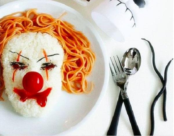 Блюдо из риса и макарон в форме клоуна