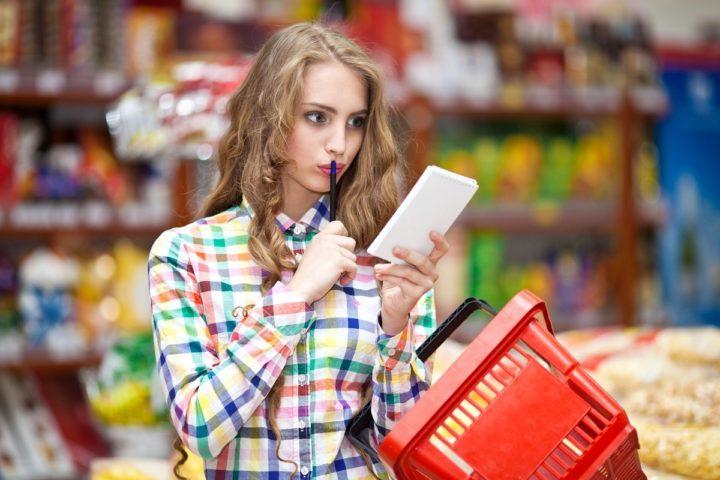 Девушка со списком продуктов