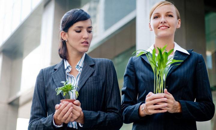 Девушки с растениями в руках