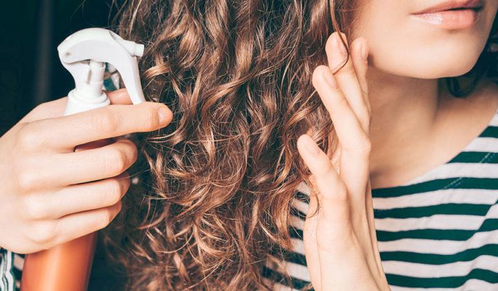 Распыление косметического средства на волосы