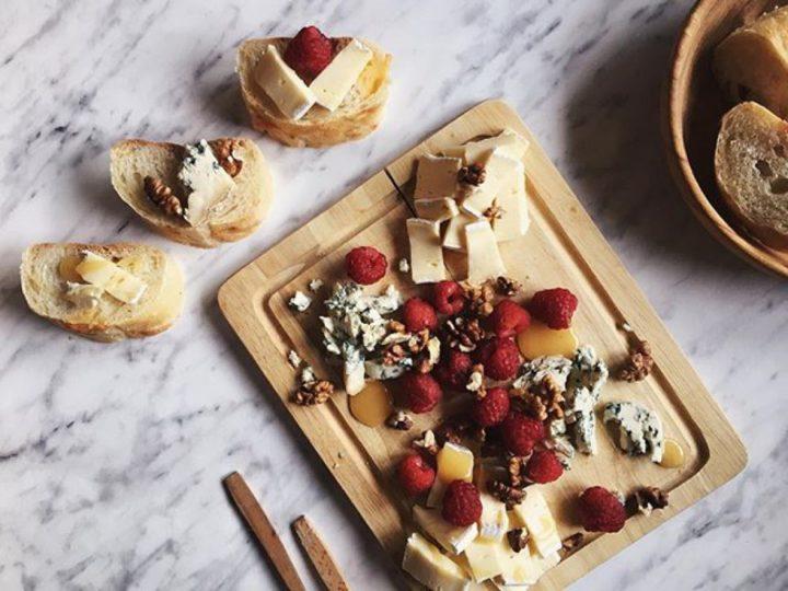Малина и сыр на доске, бутерброды
