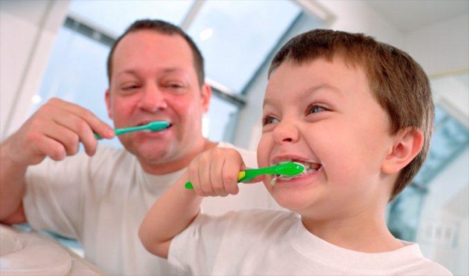 Отец с маленьким сыном чистят зубы