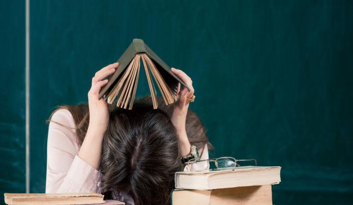 Уставшая девушка с книгами