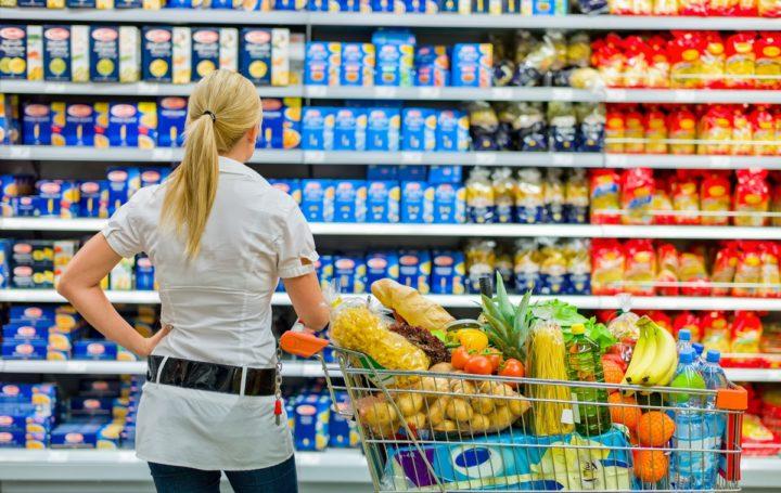 Женщина выбирает продукты