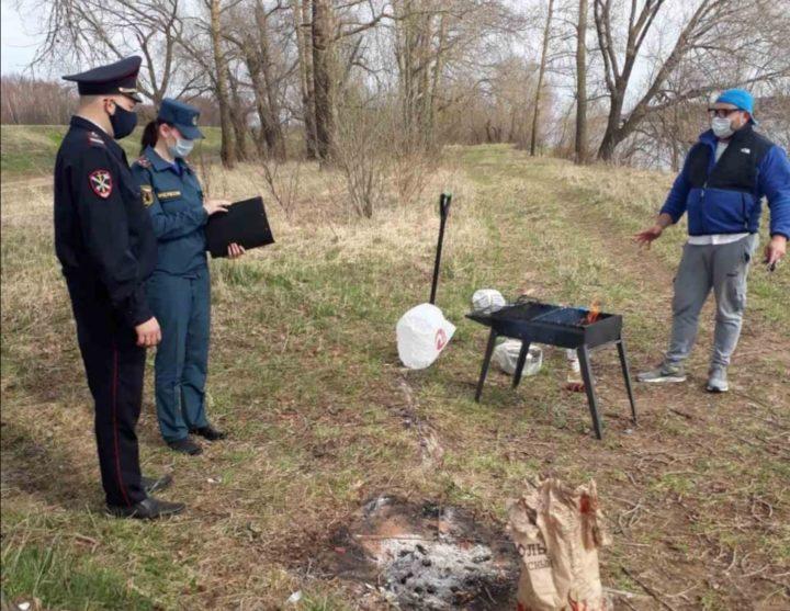 Полицейские выписываю штраф за шашлыки