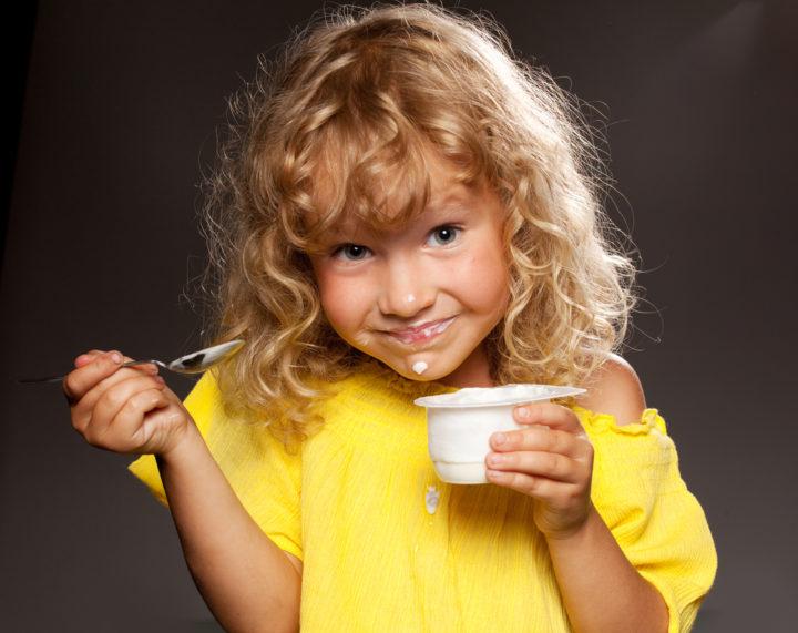 Ребенок и йогурт