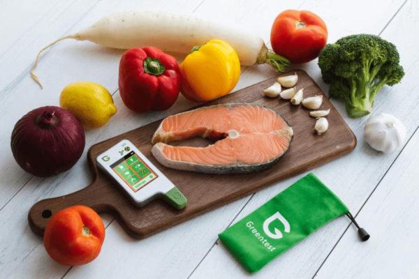 Овощи, кухонная доска, кусок красной рыбы и нитратомер