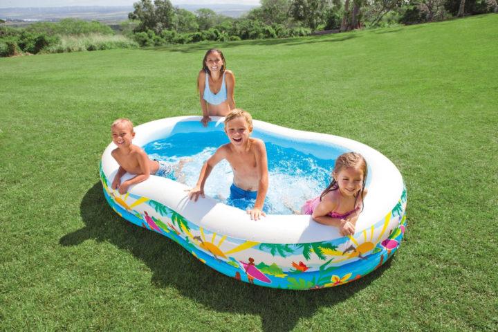 Дети в надувном бассейне
