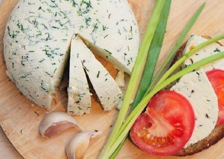 Сыр с зеленью, лук, помидор, чеснок