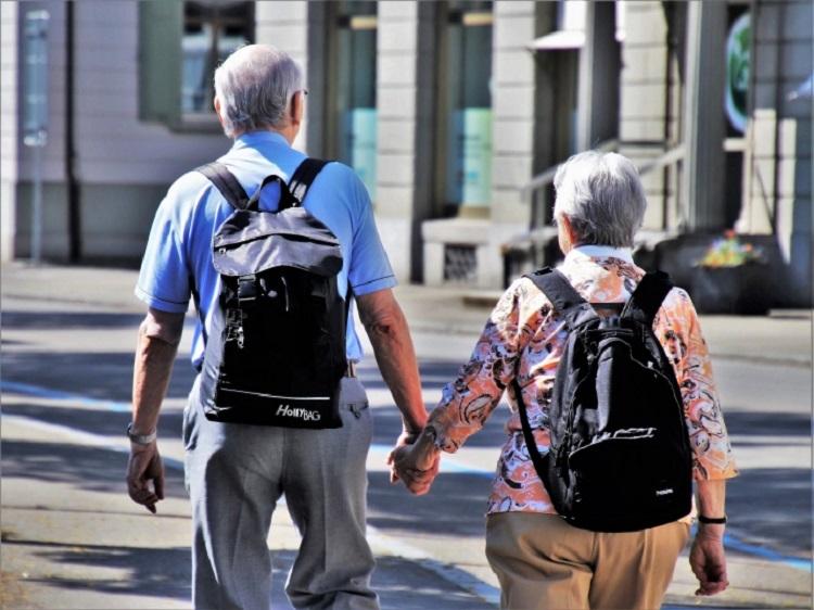 Два пенсионера с рюкзаками