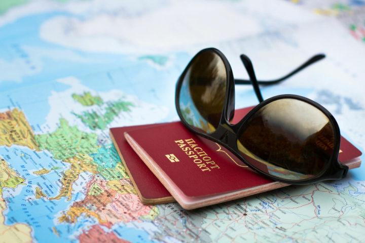 Карта, паспорта и очки от солнца