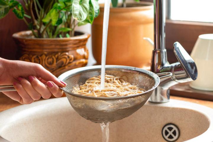 Промывание макарон под проточной водой