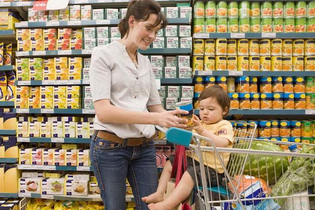 Мама с маленьким сыном в супермаркете