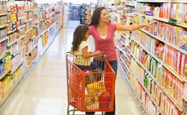 Мама с маленькой дочкой в супермаркете