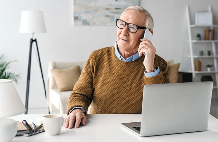 Пожилой мужчина за ноутбуком