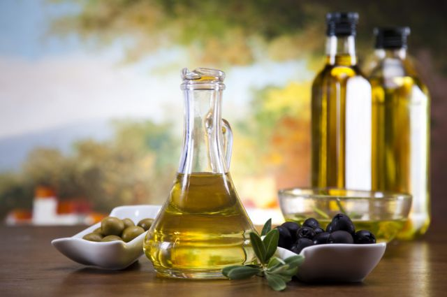 Оливковое масло в стеклянном графине