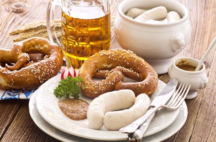 Немецкие телячьи колбаски с пивом и крендельком